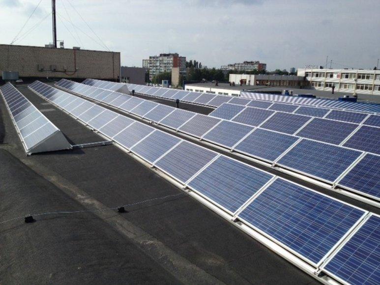 Ant Klaipėdos stogų jau montuojamos saulės baterijos.