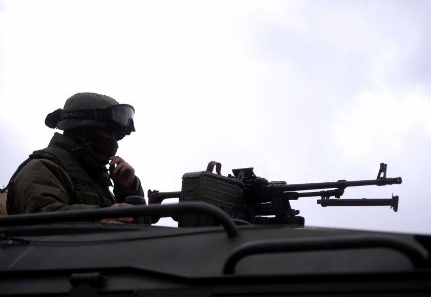 Rusijos karys prie karinės bazės Perevalnoje, Kryme.