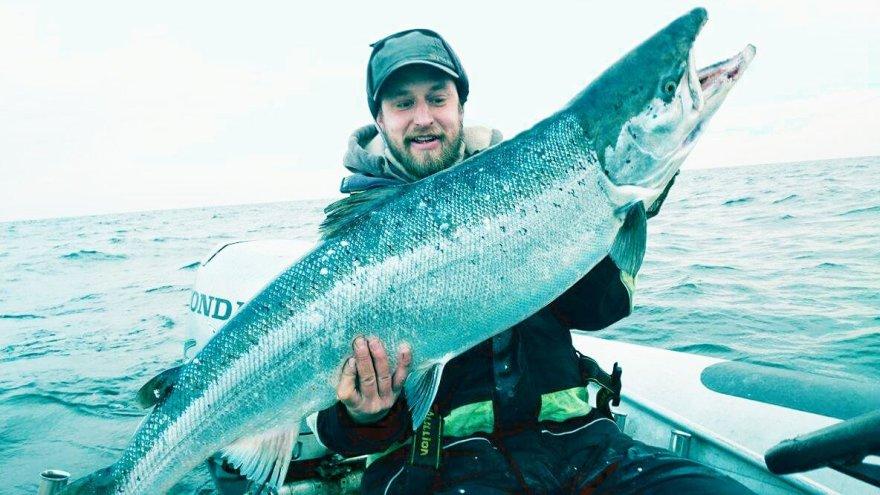 Klaipėdietis Ignas Luotė sekmadienį Baltijos jūroje pagavo milžinišką lašišą, svėrusią 16,4 kilogramų.