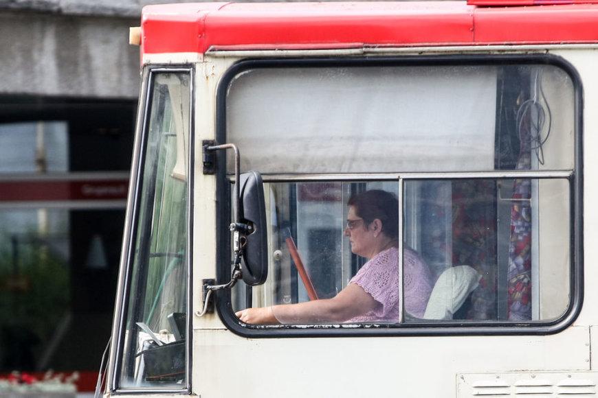 Anot valdininkų, troleibusų vairuotojai noriai persikvalifikuoja ir sės prie autobusų vairo.