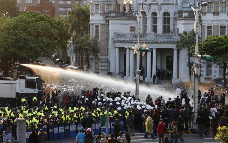 Taivano policija pirmadienį panaudojo vandens patranką, kad išvarytų šimtus demonstrantų, įsiveržusių į vyriausybės būstinę