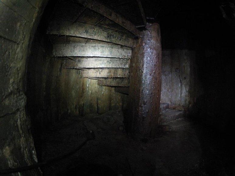 Iš katakombų į bunkerį, kurio įėjimas užmūrytas vedantys milžiniški, itin aukšti spiraliniai laiptai.