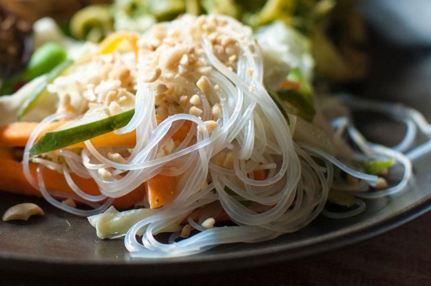 Azijos stiliaus ryžių makaronų patiekalas