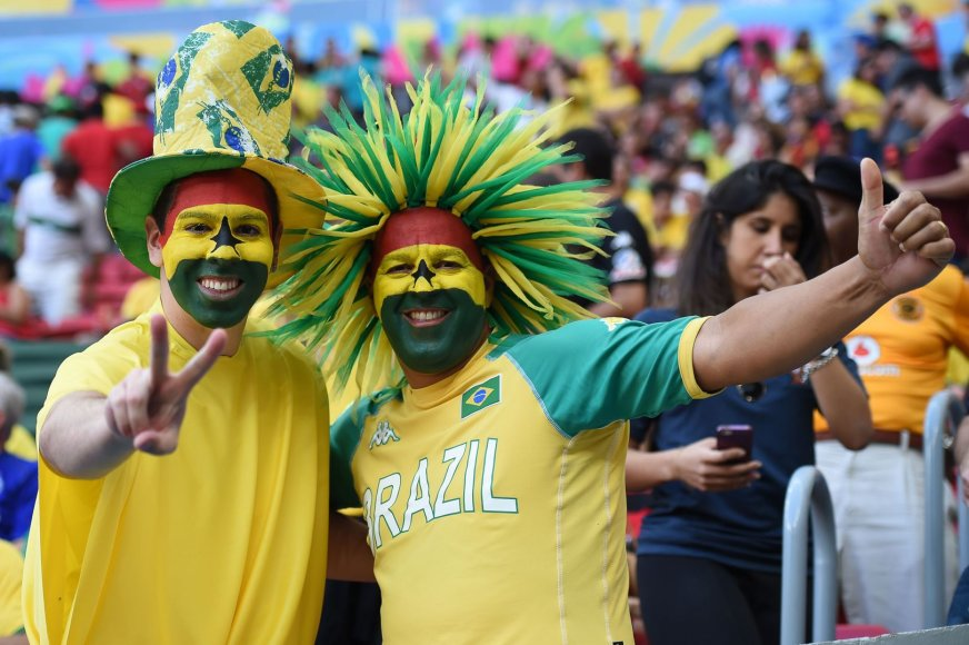 Įspūdingiausi futbolo sirgalių apdarai ir teplionės ant veidų