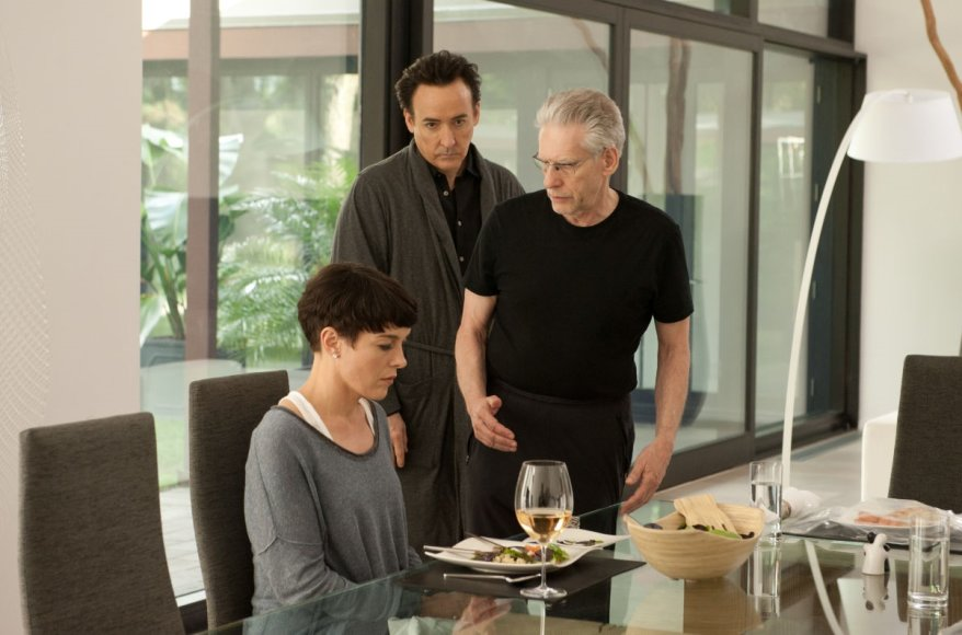 """Aktoriai Johnas Cusackas ir Olivia Williams su režisieriumu Davidu Cronenbergu juostos """"Žvaigždžių žemėlapis"""" filmavimo aikštelėje"""