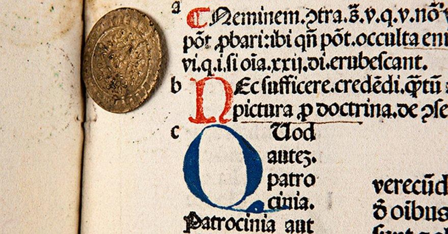 """Moneta aptikta italų kamaldulio, kanoninės teisės specialisto Graciano kanonų teisės normų rinkinyje """"Decretum"""", išspausdintame Venecijoje 1493 metais Giorgio Arrivabene spaustuvėje."""