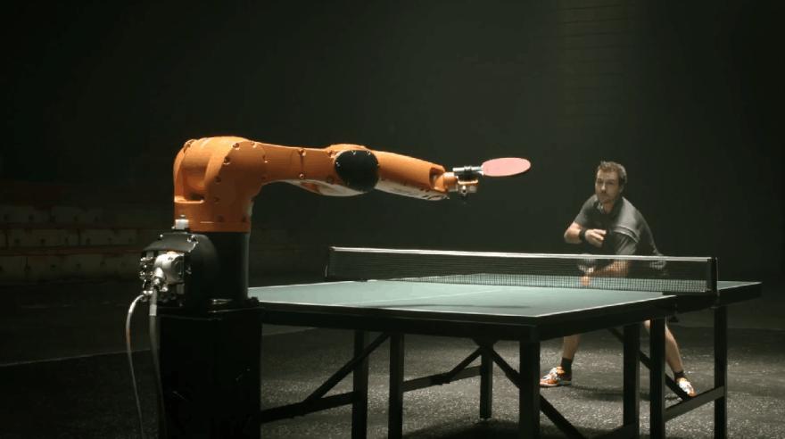 Roboto ir žmogaus stalo teniso dvikova