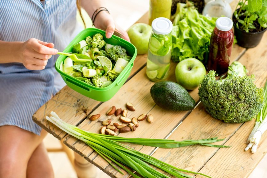 Moteris ruošia salotas