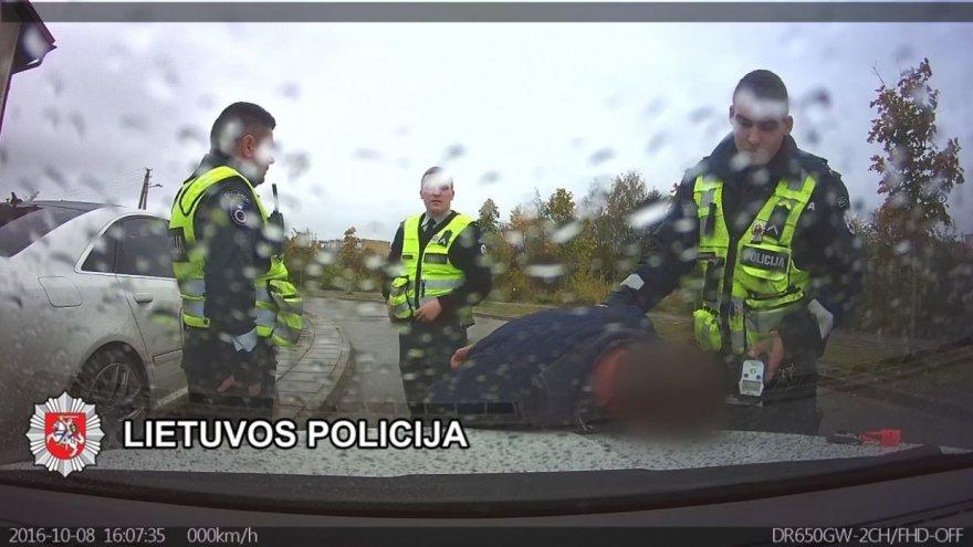 Kretingoje šeštadienio pavakarę sulaikytas nuo policijos pareigūnų sprukti bandęs policijos vairuotojas.