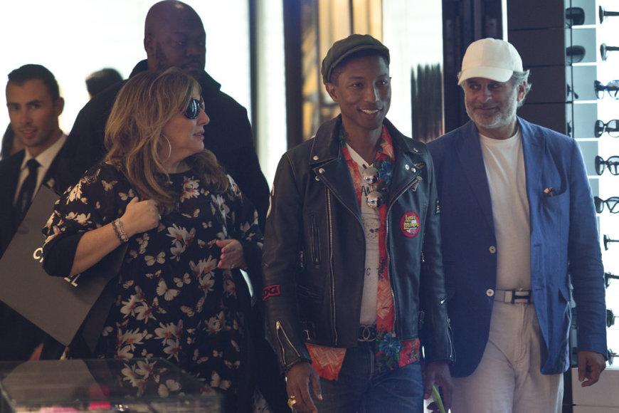 """Pharrellas Williamsas Kanuose apsipirkinėjo """"Chanel"""" parduotuvėje."""