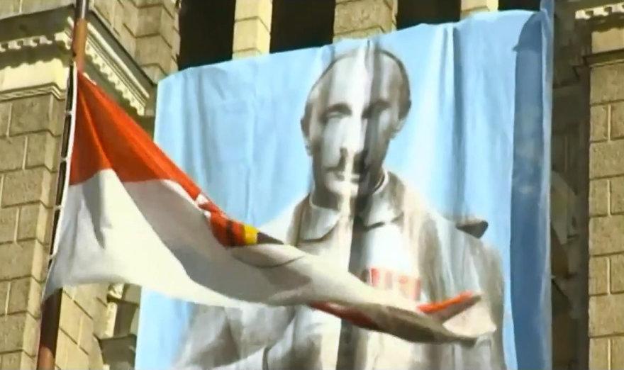 Vladimiro Putino didžiulė karikatūra ant Libereco miesto rotušės