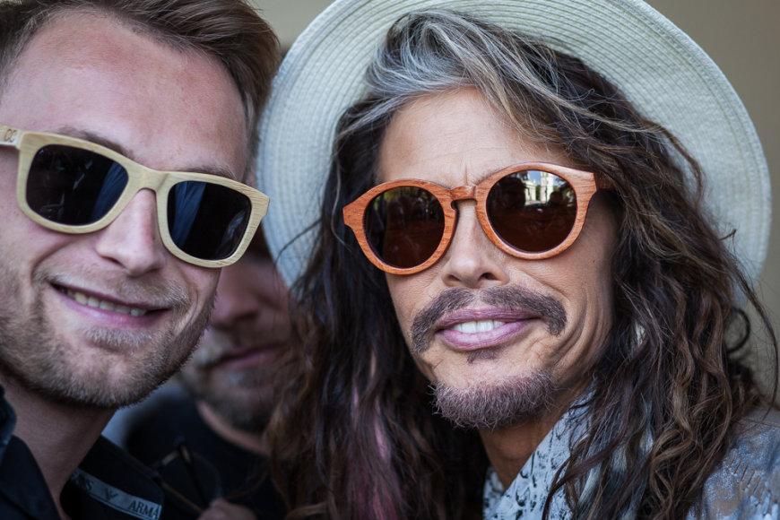 """Eduardas Fedotovas ir Stevenas Tyleris su """"Coocoomos"""" akiniais"""