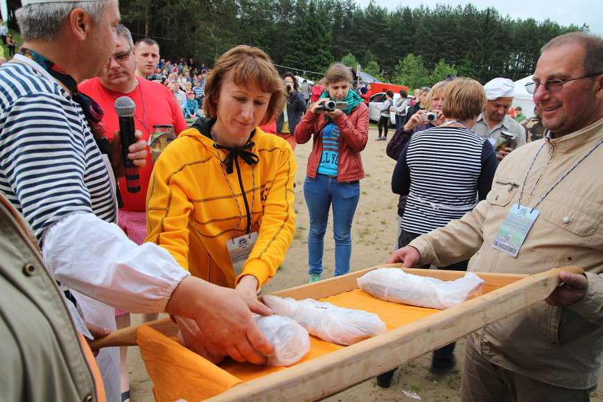 """Žuvies gaminimo kulinarinis šou-varžytuvės """"Žuvis kitaip"""" Lazdijuose"""