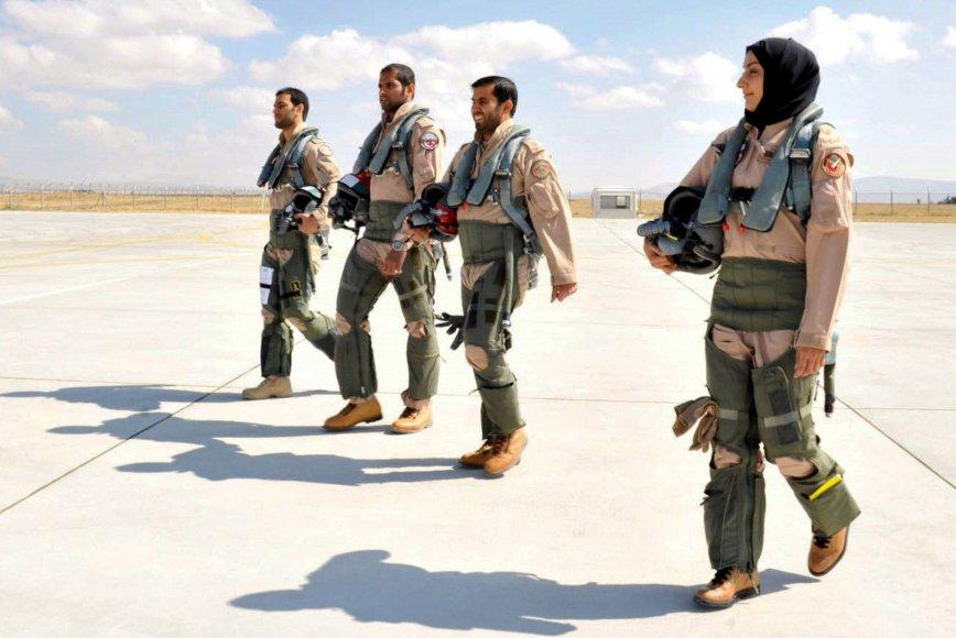 JAE karinių oro pajėgų kariai su pirmąja šalyje pilote moterimi Mariam Al Mansouri