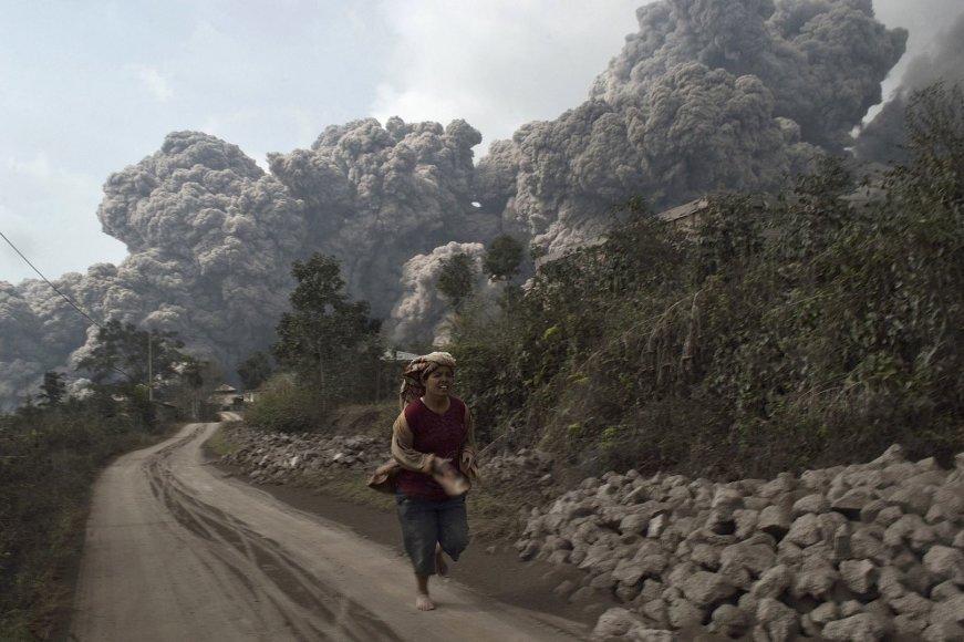 Sinabungo ugnikalnio išsiveržimas Indonezijoje 2014 m. vasario 01 d.