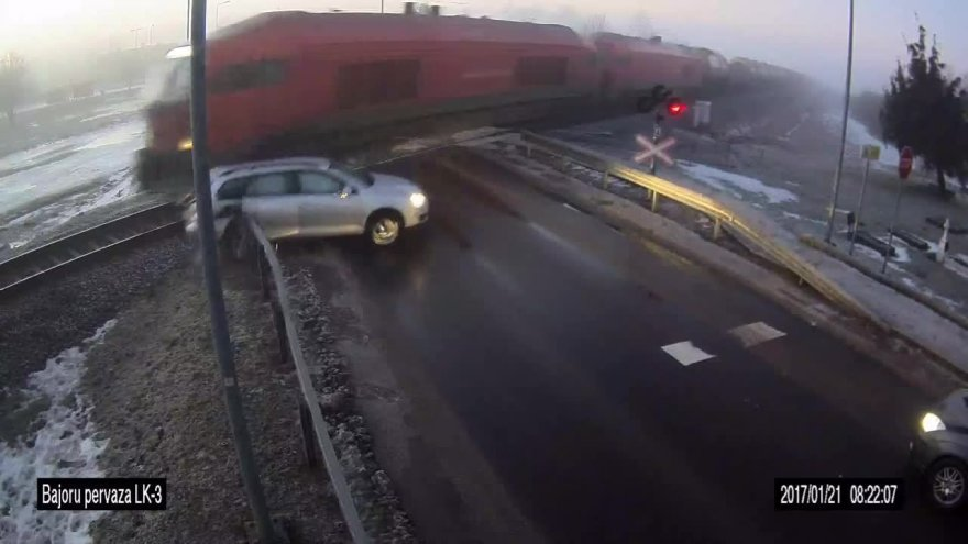 nufilmuota-kaip-kretingoje-vairuotoja-isvenge-zuties-ant-traukinio-begiu