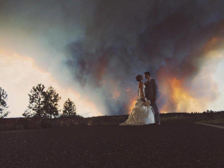 Jaunavedžiai Michaelas Wolberis ir April Hartley gaisro fone