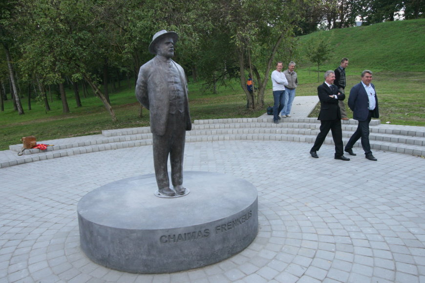 Šiauliuose pastatytas paminklas fabrikantui Chaimui Frenkeliui