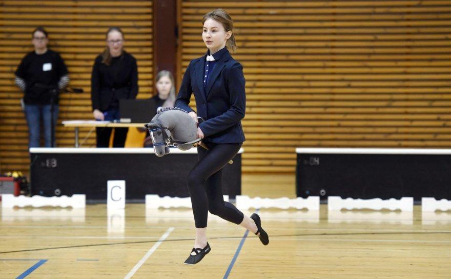 Suomijoje populiarus sportas – jodinėjimas lazdomis su arklio galva