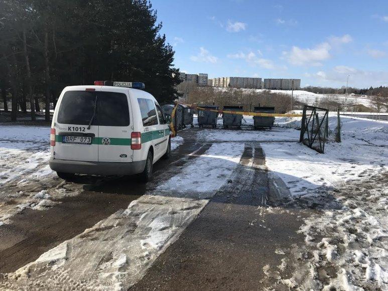 Jonavos policija prie konteinerių, į kuriuos išmestas kūdikis