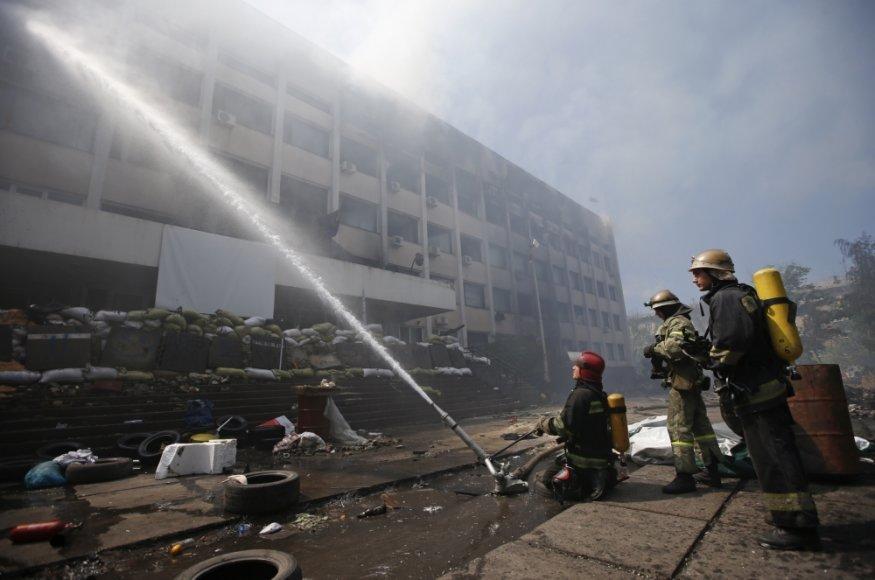 Gaisrininkai gesina gaisrą Mariupolio tarybos pastate