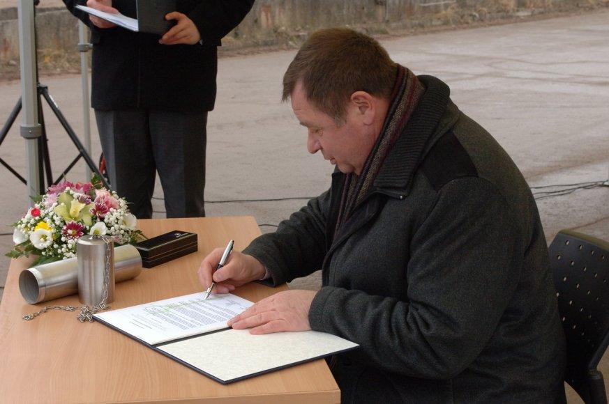 Laišką ateities kartoms pasirašo Elektrėnų meras K.Vaitukaitis