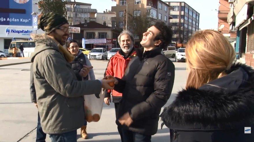Visi kaimynai surengė Muharremui staigmeną ir slapta išmoko gestų kalbą