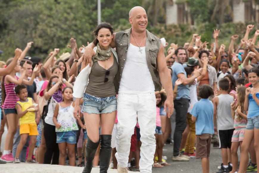 "Michelle Rodriguez ir Vinas Dieselis filme ""Greiti ir įsiutę 8"""