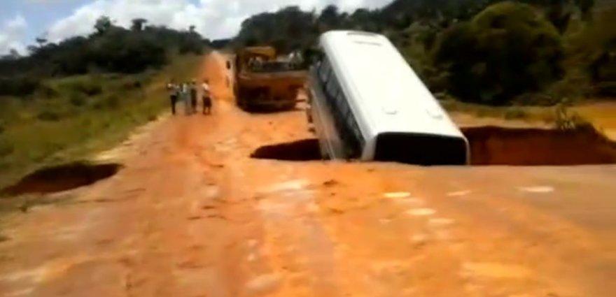 Autobusas smenga į smegduobę
