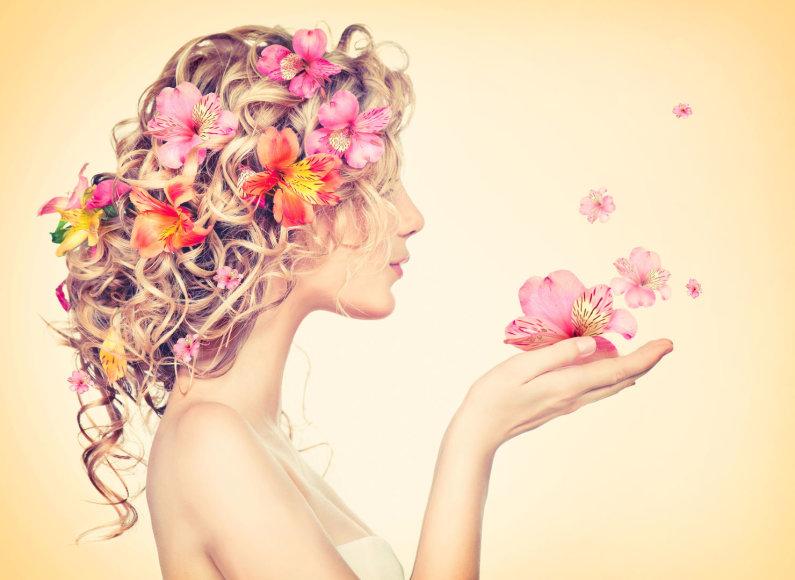 Mergina ir gėlių žiedai.