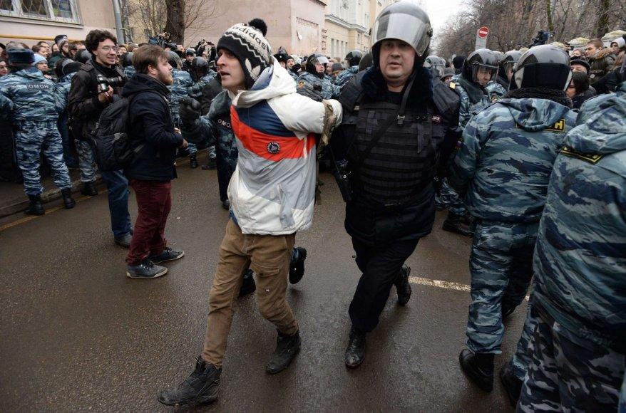 Prie Maskvos teismo rūmų sulaikomi protestuotojai