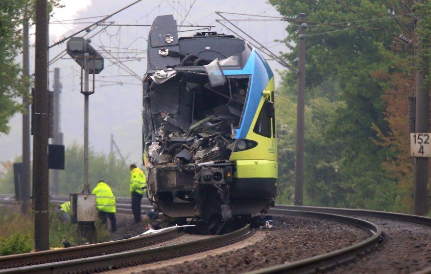 Traukinys rėžėsi į sunkvežimį.