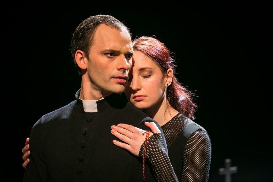 """Šokio spektaklyje """"Altorių šešėly"""" Liudo Vasario vaidmenį sukūrė Aurelijus Liškauskas, Liucės – Aušra Krasauskaitė."""