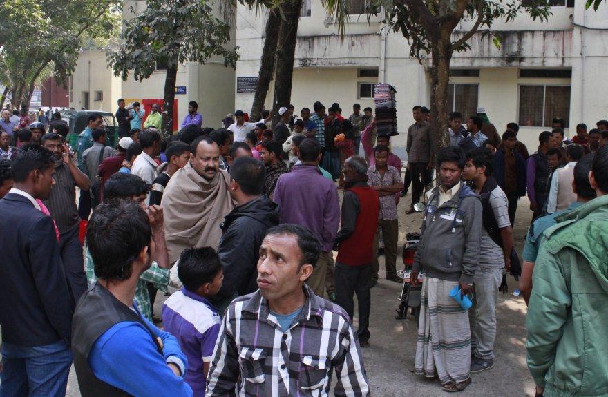 Mirusių vaikų tėvai ir jų artimieji prie ligoninės Bangladeše