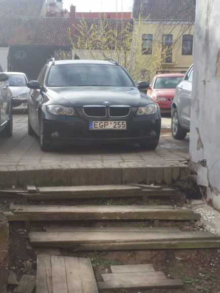 Fotopolicija: BMW prie laiptų