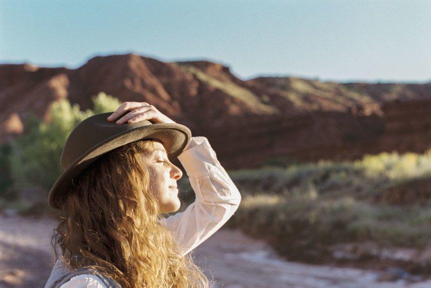 Moteris mėgaujasi saule