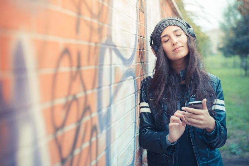 Mergina klausosi muzikos.