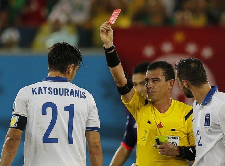 Kostui Katsouranisui rodoma raudona kortelė