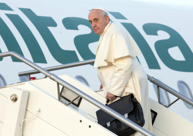 Popiežius Pranciškus lipa į Strasbūrą skrendantį lėktuvą