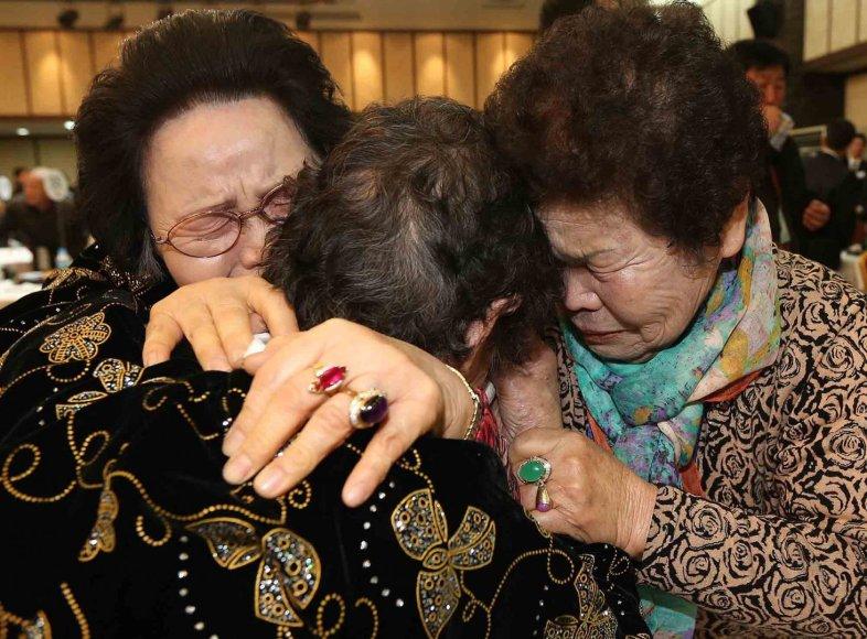 Pietų Korėjoje gyvenantys žmonės susitinka su savo giminėmis iš Šiaurės Korėjos