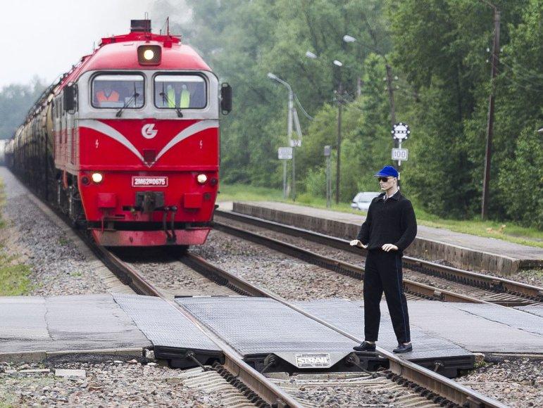 Eismo įvykio imitavimas geležinkelio pervažoje.