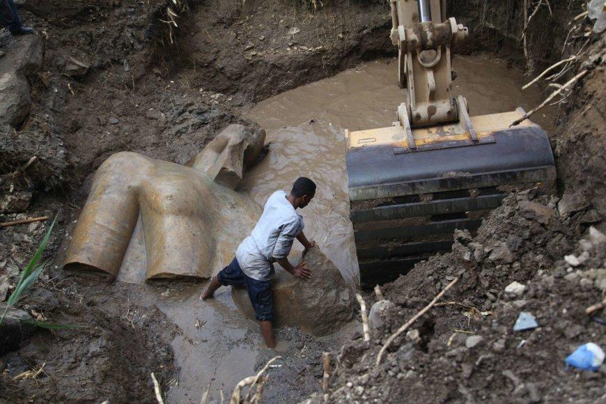 Iškasama faraono statula