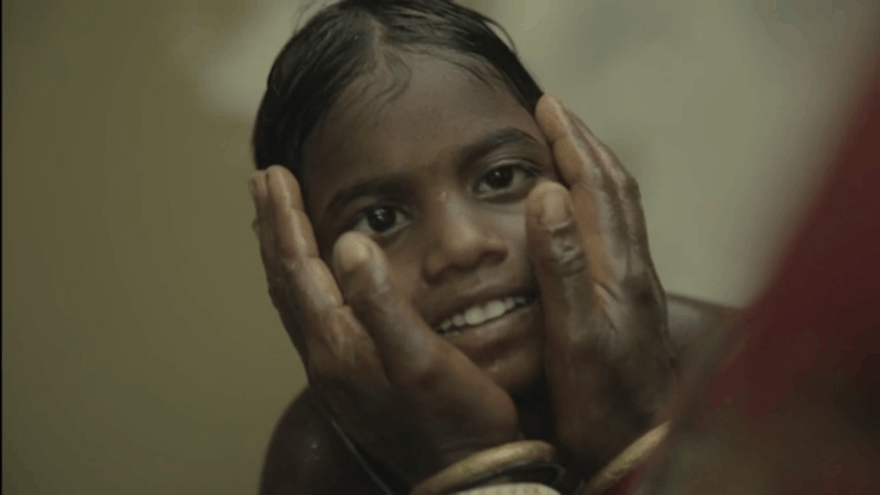 Praregėjusi mergaitė puolė į motinos glėbį