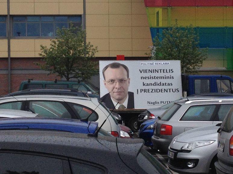 """Naglio Puteikio reklama prie PC """"Mega"""" sekmadienį, rinkimų dieną 2014 m. gegužės 12 d."""