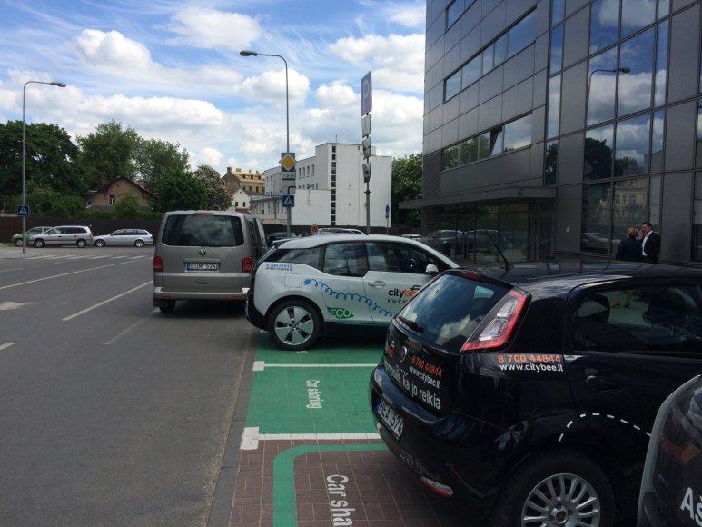Valdemaro Tomaševskio vairuotojo automobilis VW (stovi važiuojamojoje dalyje)