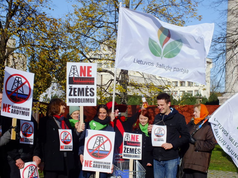 """Vilniaus centrinėse gatvėse praeiviams buvo dalijamas """"Skalūnų vanduo"""""""