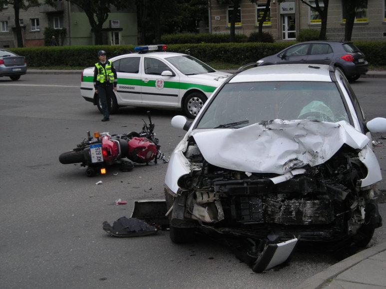 Klaipėdoje motociklas rėžėsi į automobilį.