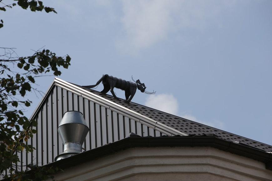Skulptūra ant namo stogo