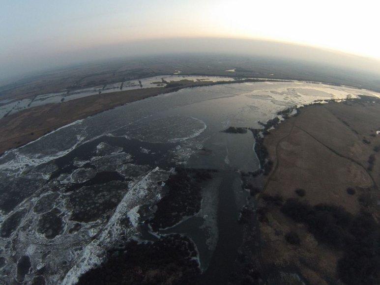 Vanduo pamaryje pamažu ima kilti. Ant Rusnės kelio jau – 10 cm vandens.