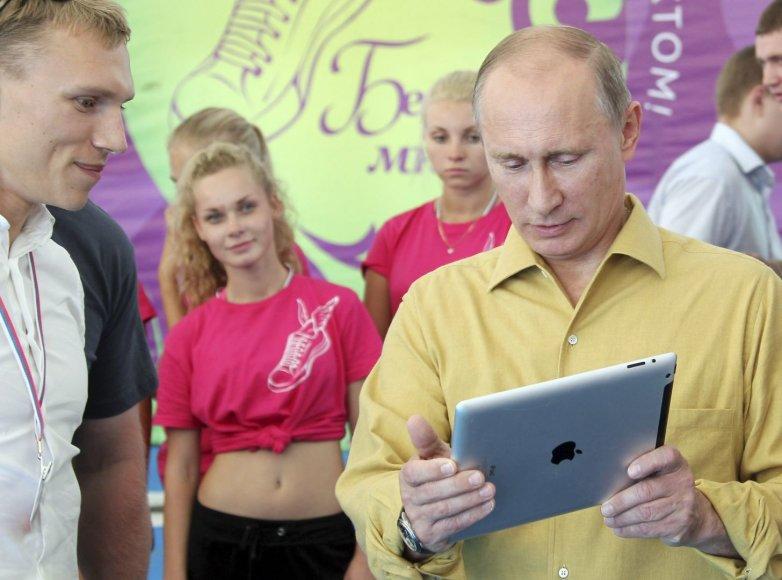 Rusijos prezidentas Vladimiras Putinas rankose laiko iPad